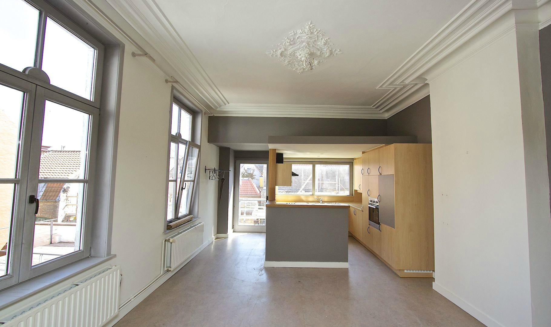 Toffe etagewoning met 3 slaapkamers en ruim zonneterras in het hartje van Brugge. Met autostandplaats voor kleine wagen