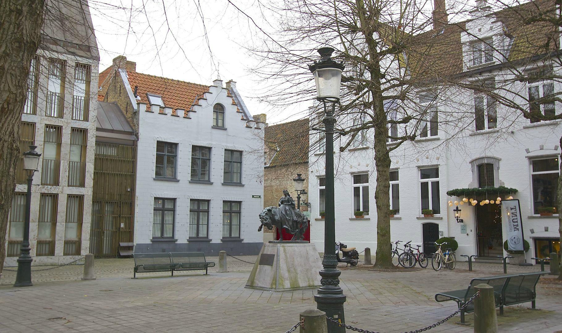 2 aaneenpalende KARAKTERPANDEN – subliem verbouwd door Frederiek Van Pamel – A-locatie op idyllisch pleintje