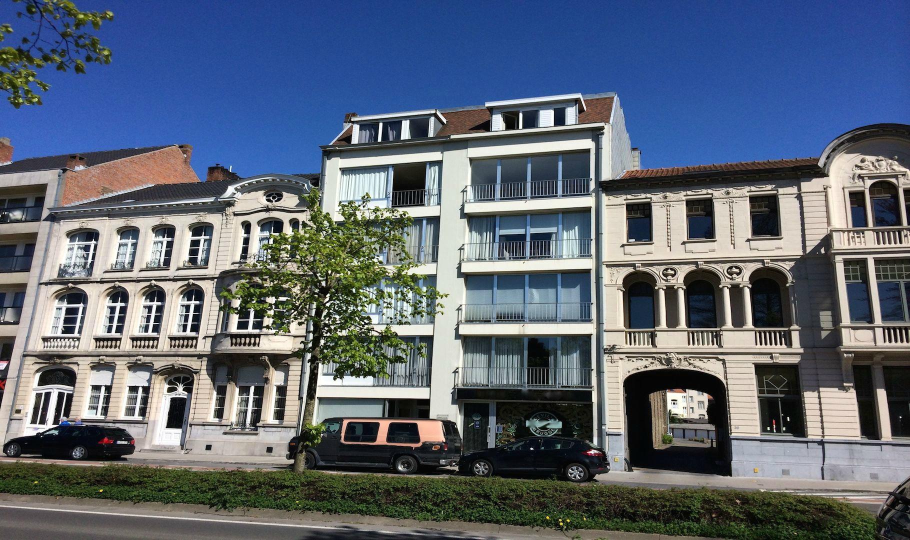 Knap gerestyled 2 slaapkamer APPARTEMENT met zonnig terras – Zicht op 't Stil Ende en alle Brugse torens +50€ Algemene Kosten +30€ water