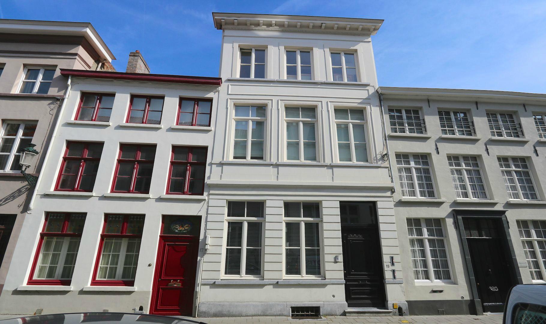 Exclusief appartement (circa 150 m2 vloeroppervlakte) in 19e eeuws herenhuis – groot zonneterras aan rei – centrum bij St Jacobs