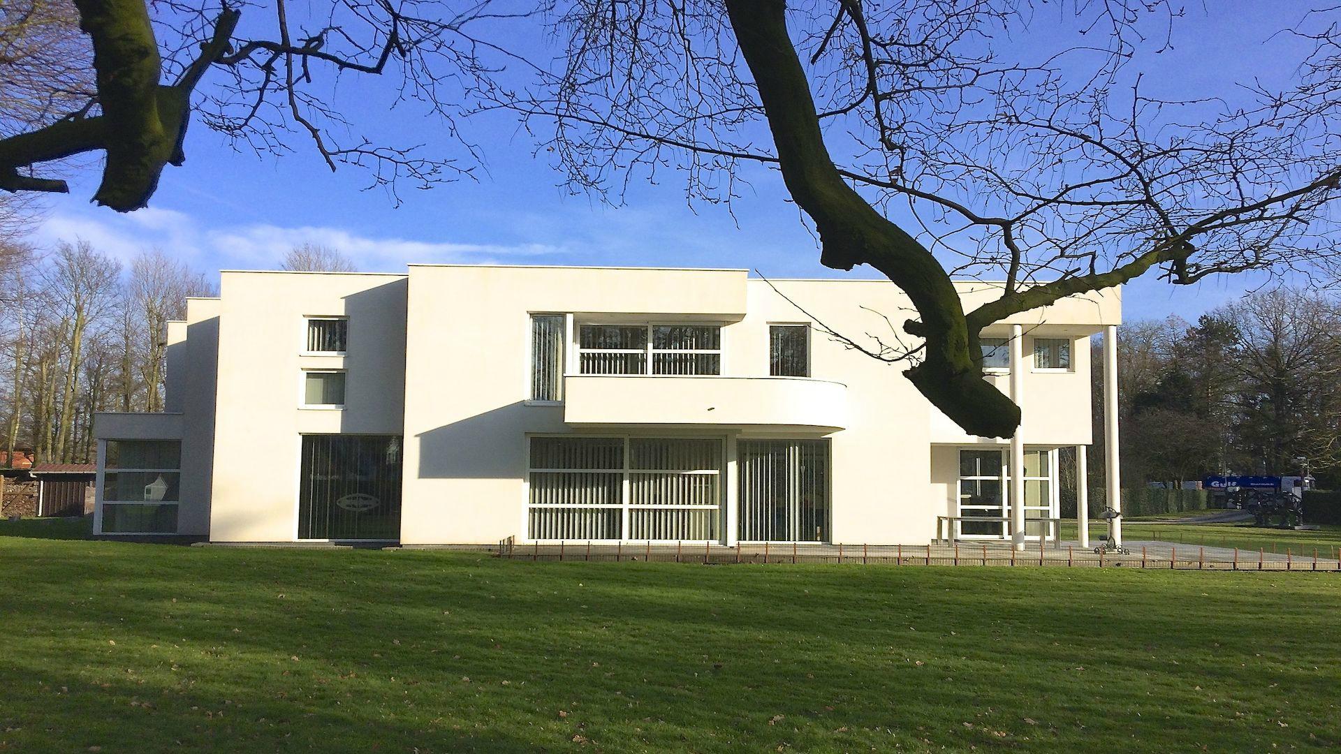 Exclusief – modernistische villa op subliem domein aan kasteelvijver – 6285 m2 – tussen Brugge en Oostende (Jabbeke)