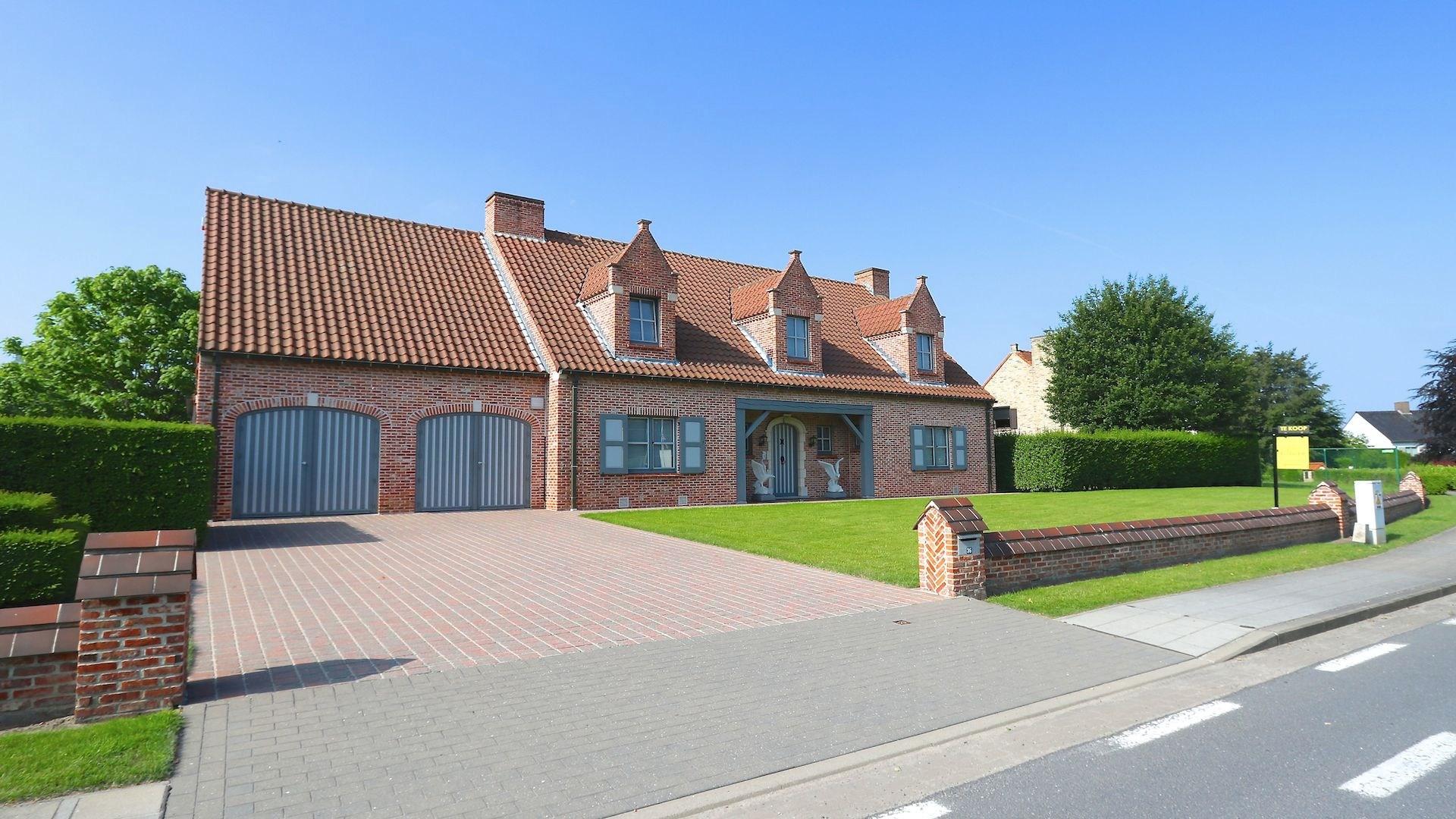 riante villa met een 'dijk van een tuin' en dubbele garage - 1820 m2 – centrale en residentiële ligging te Oostkamp