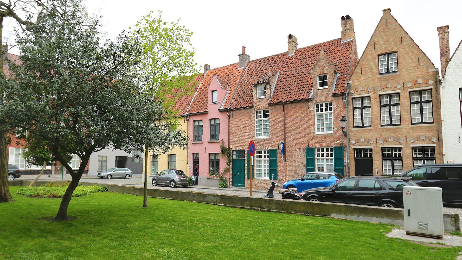 sfeervol 16e-17e eeuws breedhuis met zonnige terrastuin – Brugge, schilderachtige en stille ligging rond Sint Gilliskerk - optionele aankoop garage vlakbij de woning