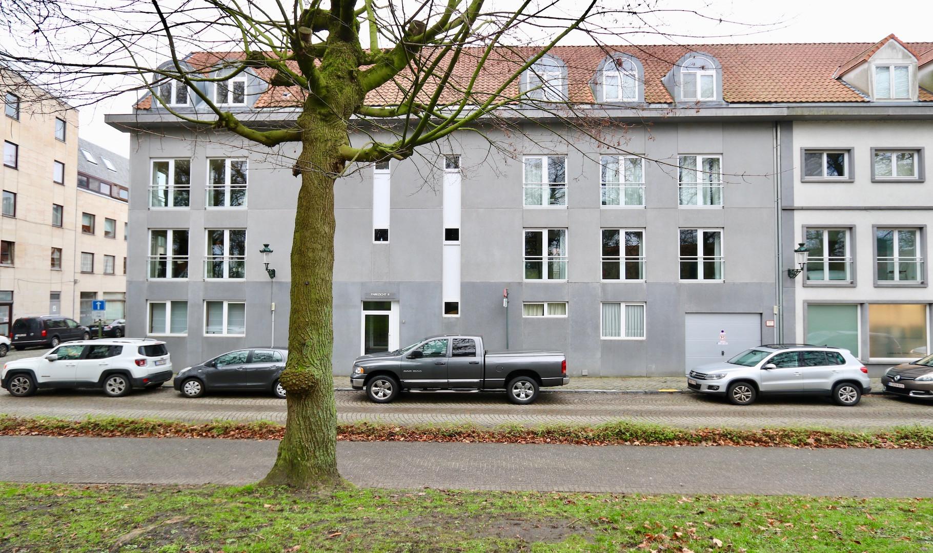 Sublieme penthouse met zongerichte terras en weids zicht op de vesten en de Smedenpoort, circa 130 m2. Optionele aankoop autostandplaats.