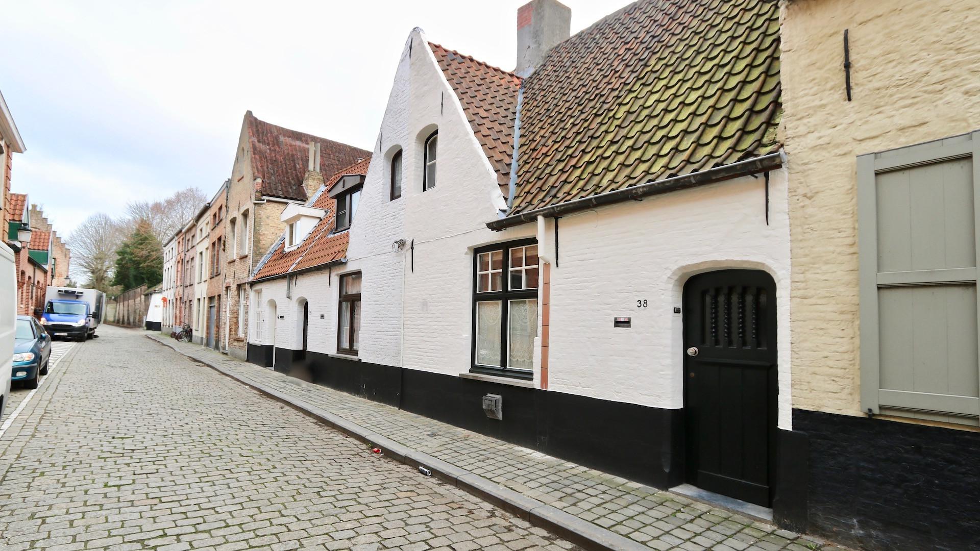 16e-17e eeuws Brugs huis nabij Spermalie met verrassend ruime uitbouw en diepe stadstuin met fietsenpoortje, 180 m2 grondoppervlakte