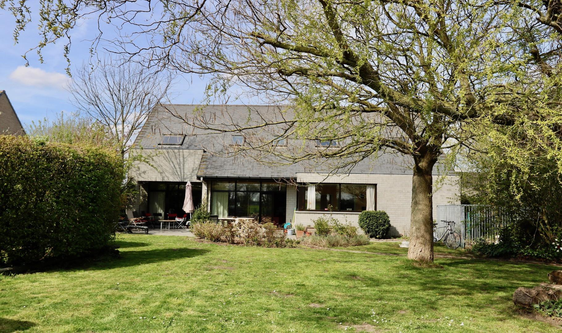 Moderne villa op 1600 m2 tussen Loppem en Zedelgem, 4slps, dubbele garage, zonnige tuin en idyllisch zicht op landerijen