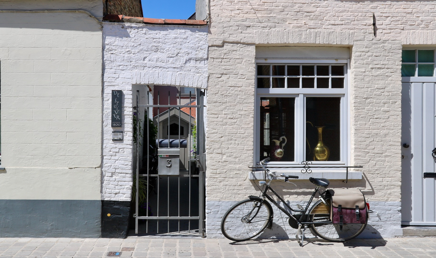 Fort De Stuiver, Brugs huisje, anders dan de anderen, vernieuwbouw met authentieke puntgevel, grote en zonnige terrastuin én fietsenpoortje, verborgen ligging op een historische site nabij de Potterierei
