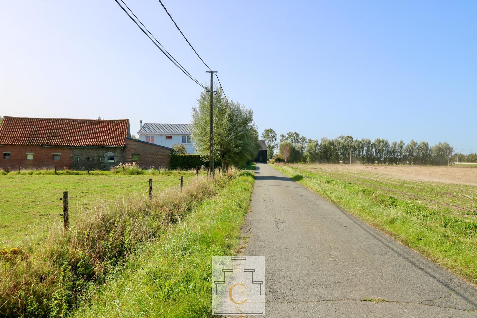 Hoeve met bijgebouwen en weiland, 11.280 m2, grens Oostkamp-Loppem