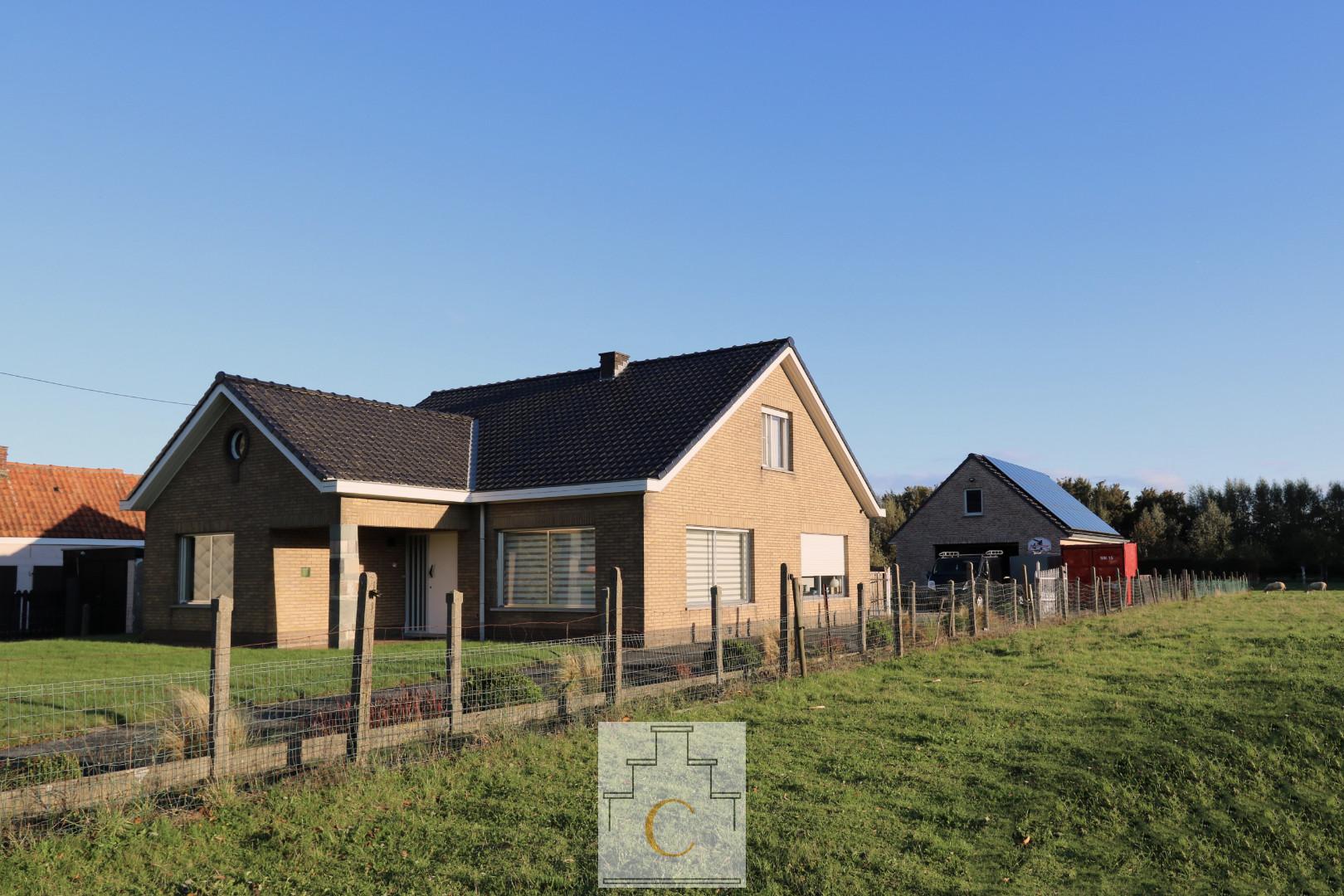Alleenstaande woning met atelier/ garage en zalige tuin, 1539 m2, centrale ligging net buiten de dorpskern van Loppem