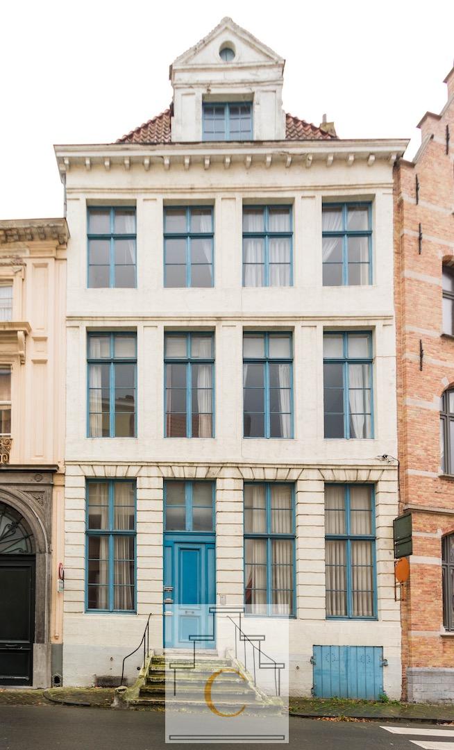 imposant herenhuis met 3 appartementen en stadstuin – droomligging met zicht op Sint Walburgakerk