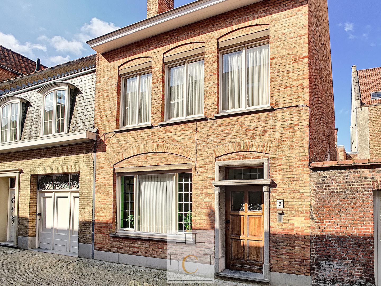 ruime stadwoning met flink terras, te renoveren, perfecte ligging nabij Beenhouwersstraat