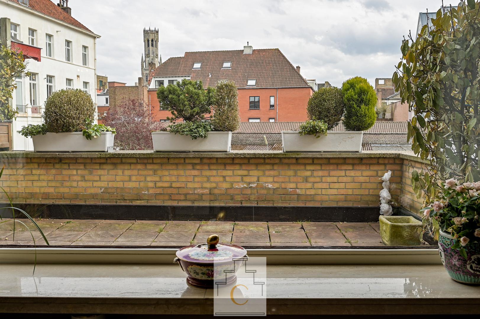 stijlvol appartement in kleinschalige residentie op toplocatie in de Moerstraat, groot zonneterras met subliem zicht op Belfort en Prinsenhof, optionele aankoop autostandplaats
