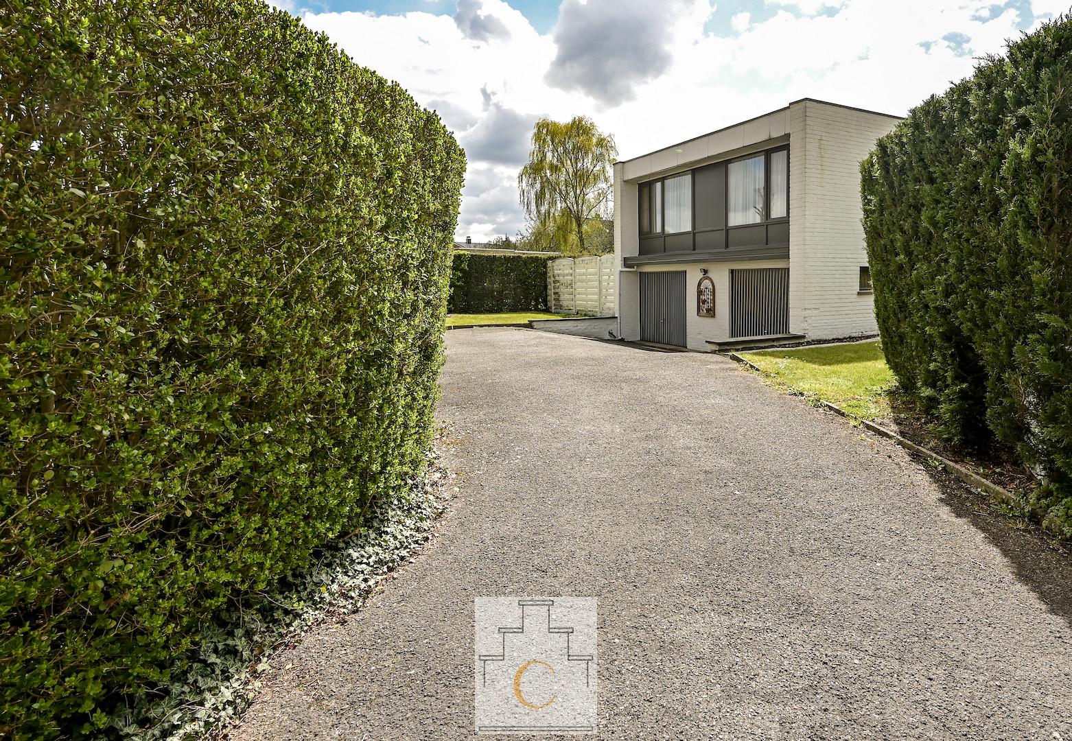 Villa in modernistische stijl met dubbele garage en perfect georiënteerde tuin, zeer rustige ligging