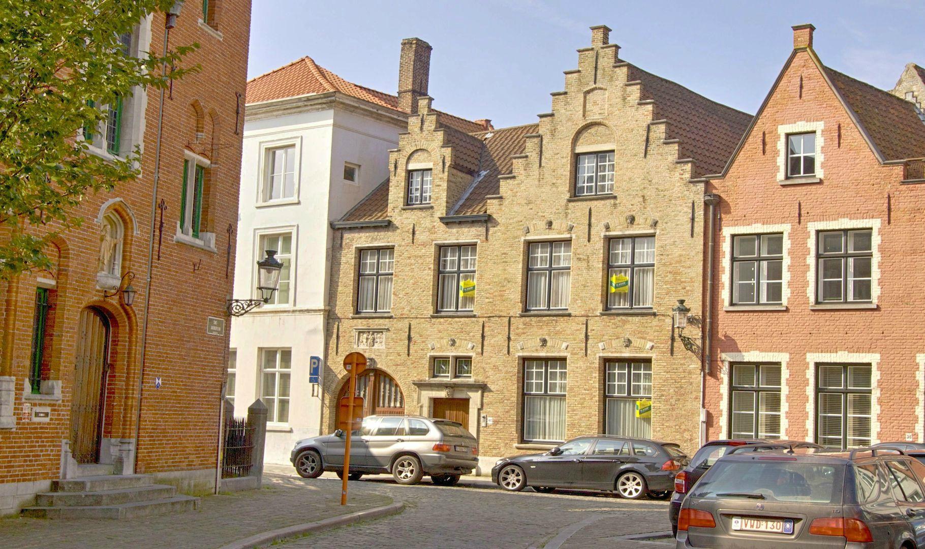 """""""HUYS ST JACOB"""" – 18e eeuwse MEESTERWONING op idyllisch Kerkplein – met binnenlift, garage en sublieme tuin aan de rei"""